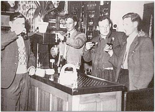 An der Theke in den 50er Jahren mit Karl Sünnen (zweiter von links).