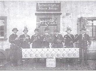 """""""Ziehung 1913"""" vor der """"Gastwirtschaft von Johann Königs"""""""